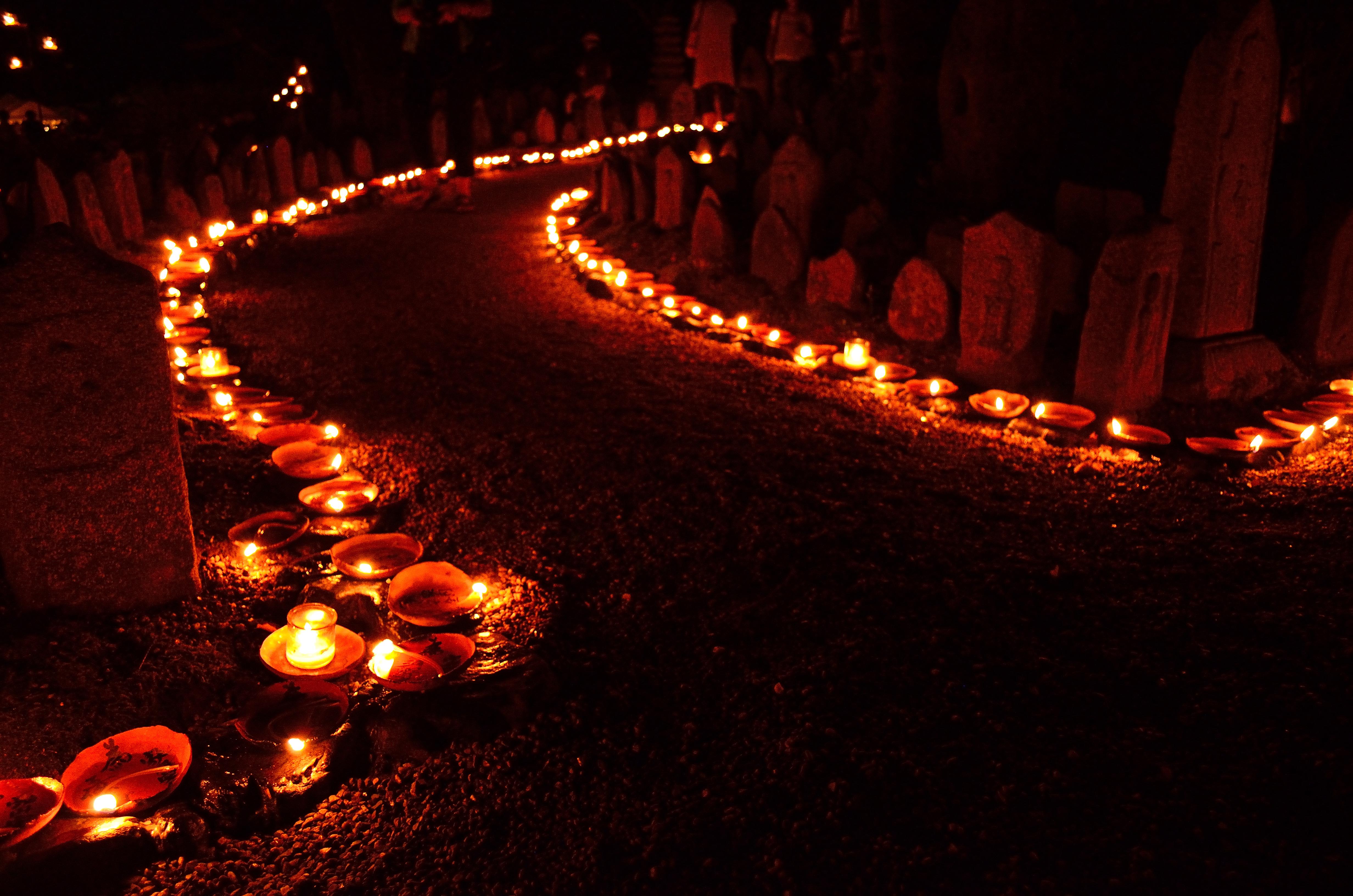 元興寺地蔵会万灯供養 歴代住持石塔前の風景