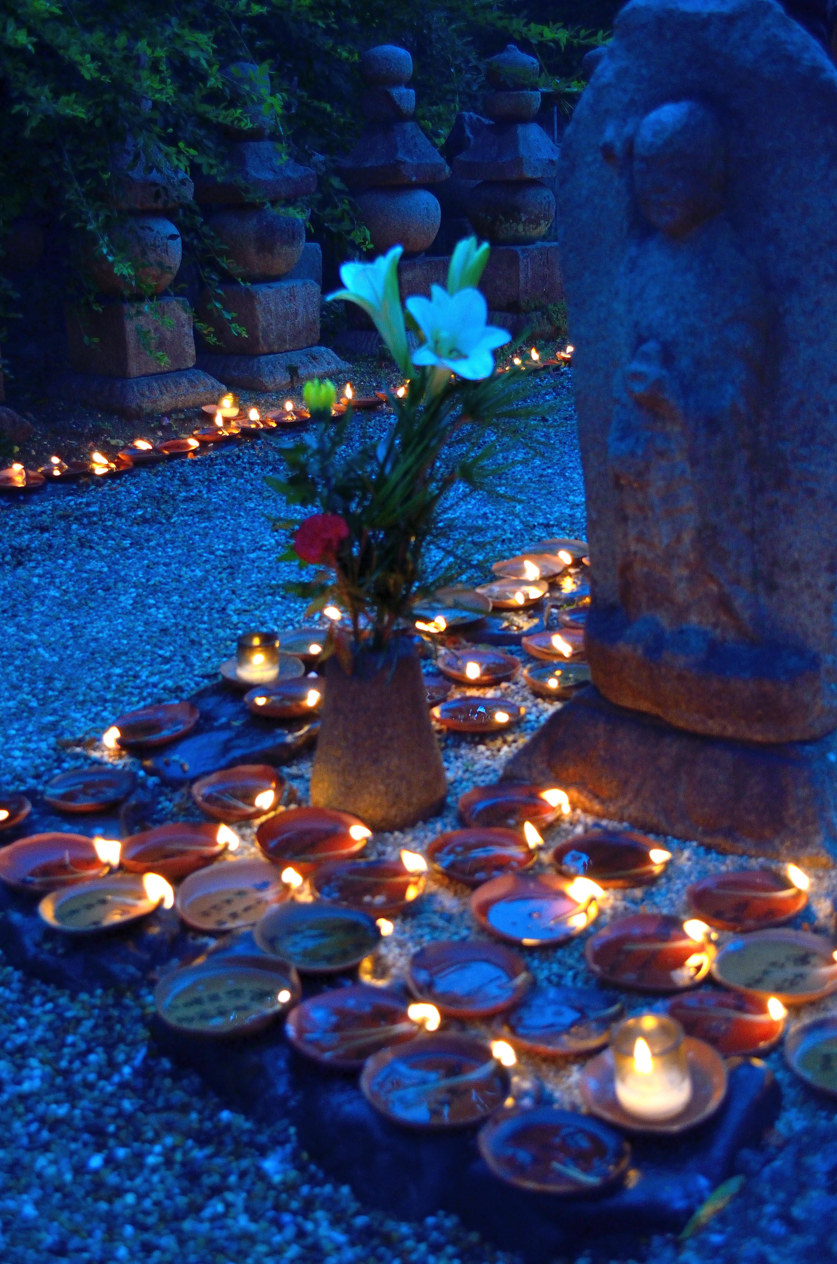 元興寺地蔵会万灯供養 夕暮れと地蔵と灯明