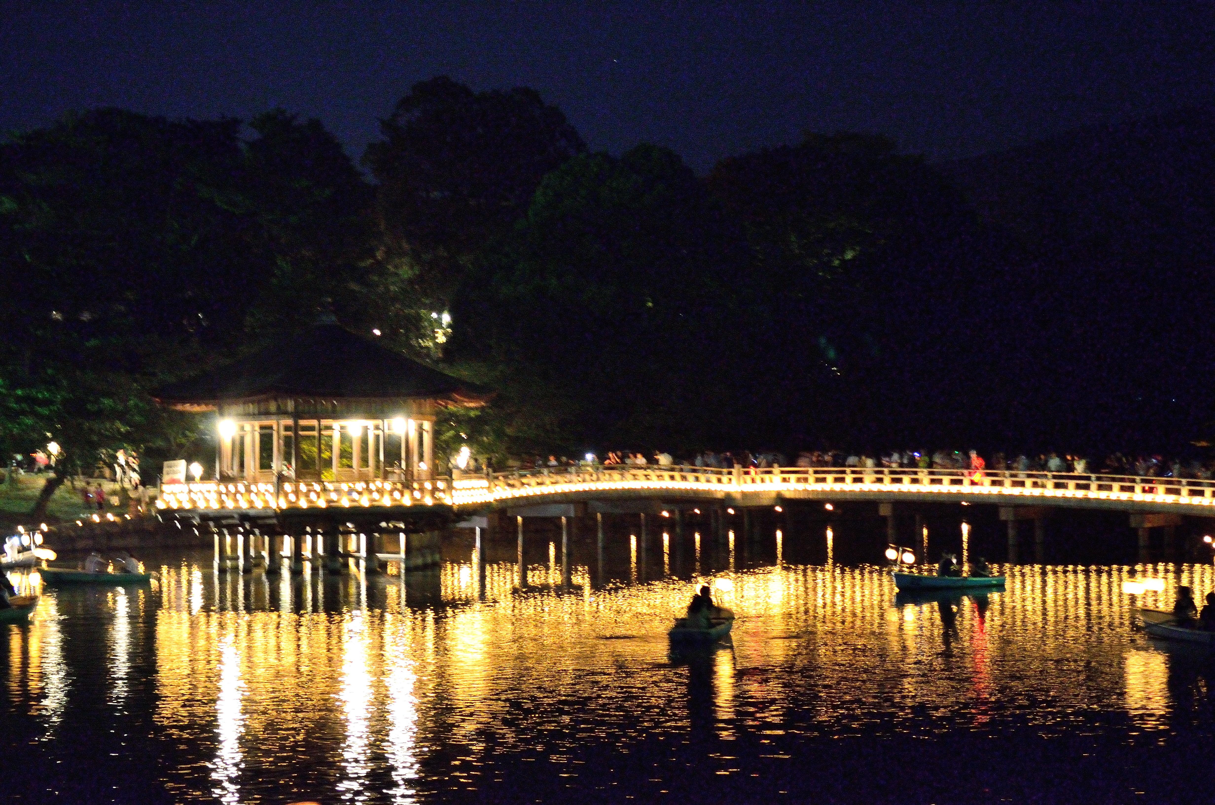 なら燈花会2013 浮見堂と鷲池に浮かぶボート